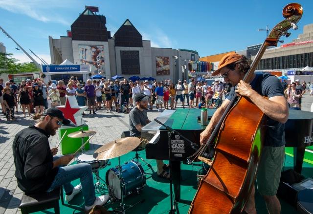 Music in the streets par Victor Diaz Lamich